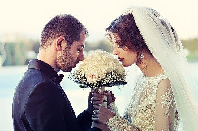 květina mezi novomanželi