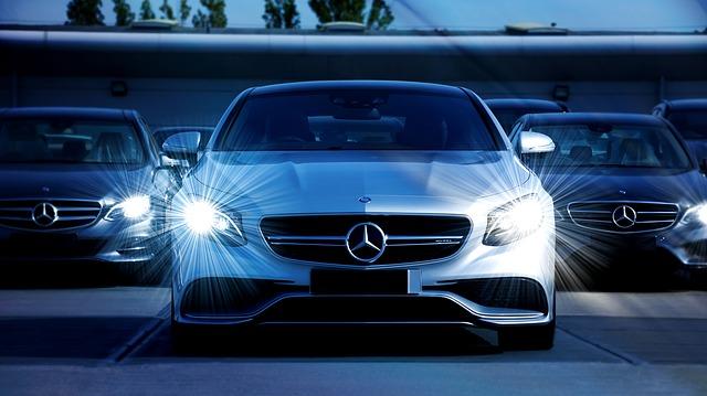 rozsvícená světla vozu