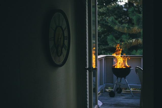 oheň na grilu