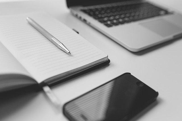 zápisník, mobil a laptop