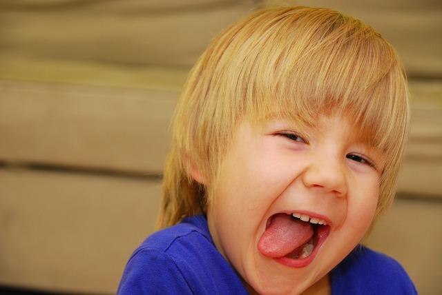dítě vyplazuje jazyk