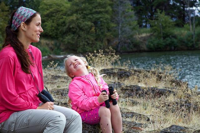 venkovní zábava matky s dcerou