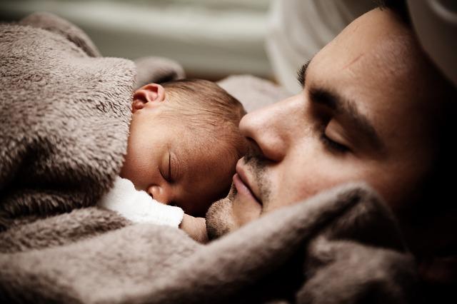 mladý otec s kojencem