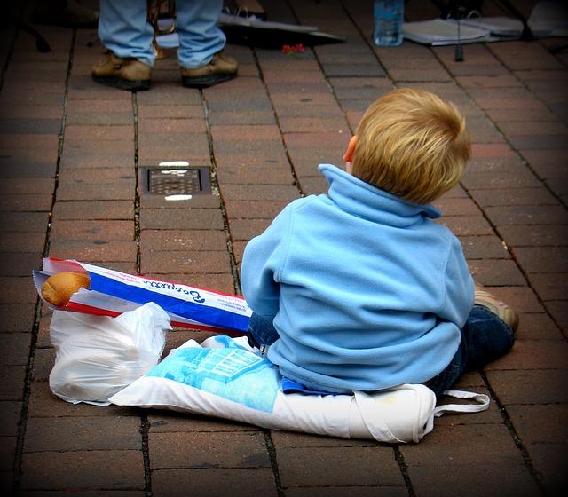malý kluk na chodníku