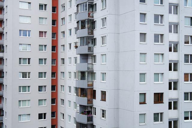 Bielo-červený panelák s plastovými oknami.jpg