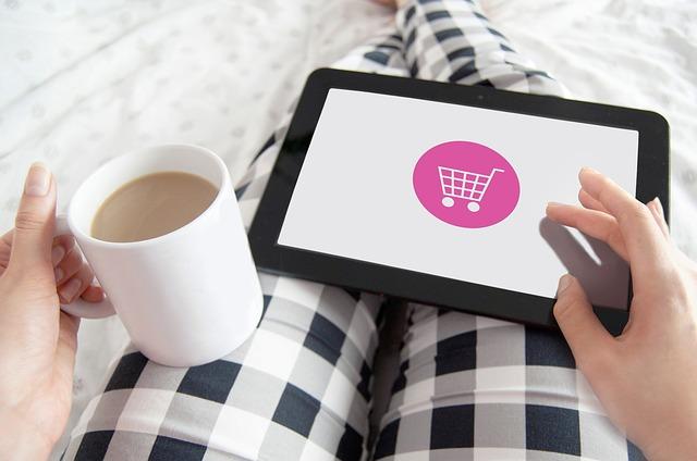 Šálka kávy, tablet, e-shop, nakupovanie.jpg