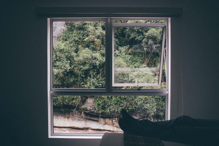 Pootvorené okno, relax