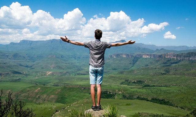Muž, výhľad na prírodu, fit
